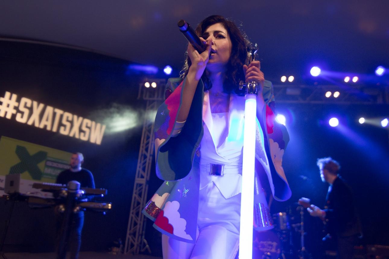 Marina diamandis debuts broods collab emotional machine for Marina performance