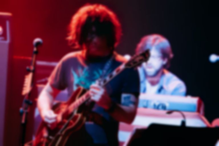 Ryan Adams improvises song about balloons live on stage and someone filmed it
