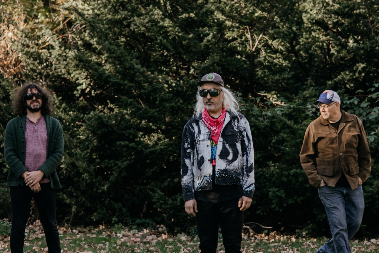 Dinosaur Jr. объявляет о выпуске нового альбома, сопродюсером которого является Курт Вайл, с ведущим синглом «I Ran Away»