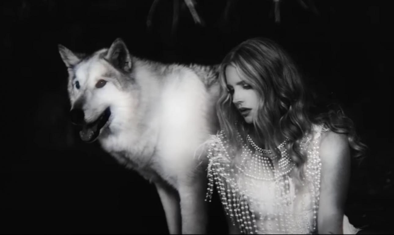 Лана Дель Рей продолжает дразнить грядущий сингл «White Dress»